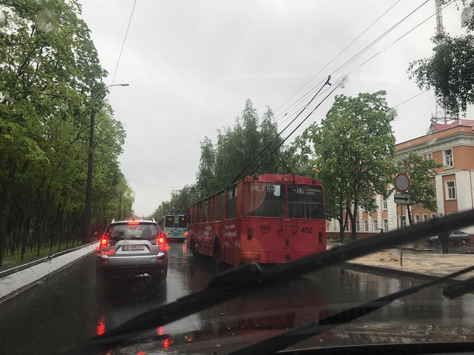 У центрі Чернігова «паралізовано» тролейбусний рух (Відео. Фото)
