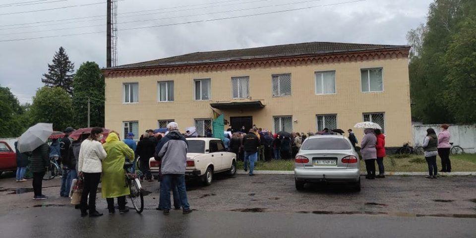 У Семенівці під стінами поліції мітингують люди (Фото)