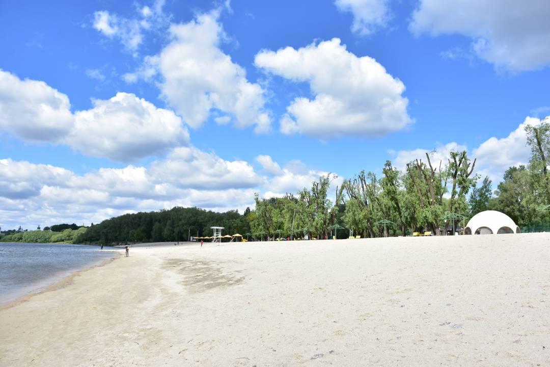 """Міський пляж """"Золотий берег"""" готують до початку купального сезону (Фото)"""