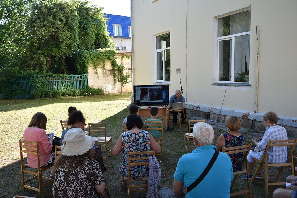 У бібліотеці Коцюбинського показували кіно просто неба (Фото)
