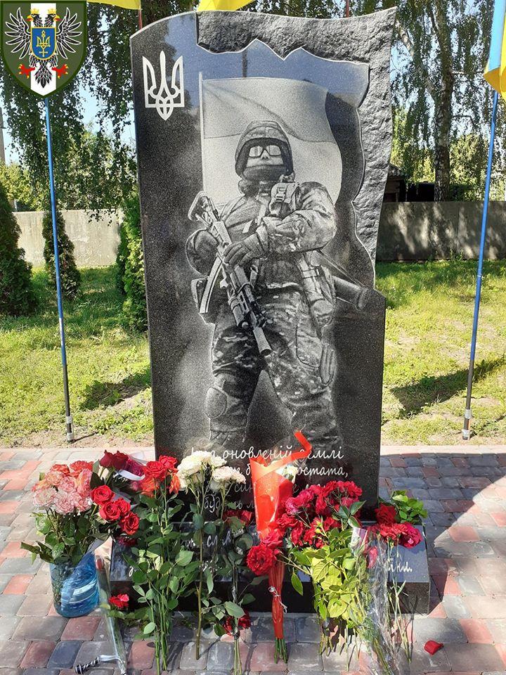 У Талалаївці відкрили пам'ятник воїнам, що загинули на Сході (Фото)