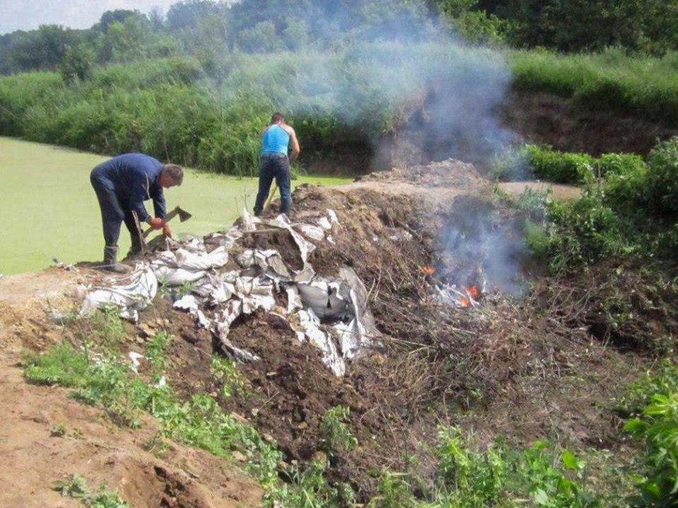 Невідомі засипали мішками з піском русло річки на Чернігівщині (Фото)