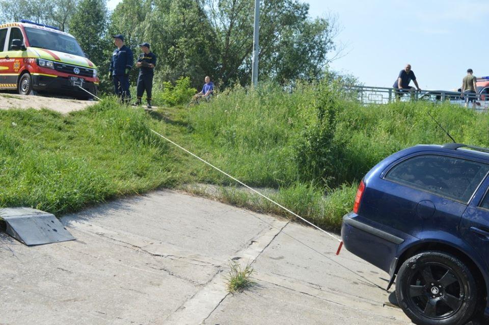 Рятувальники дістали зі Стрижня автівку (Фото)