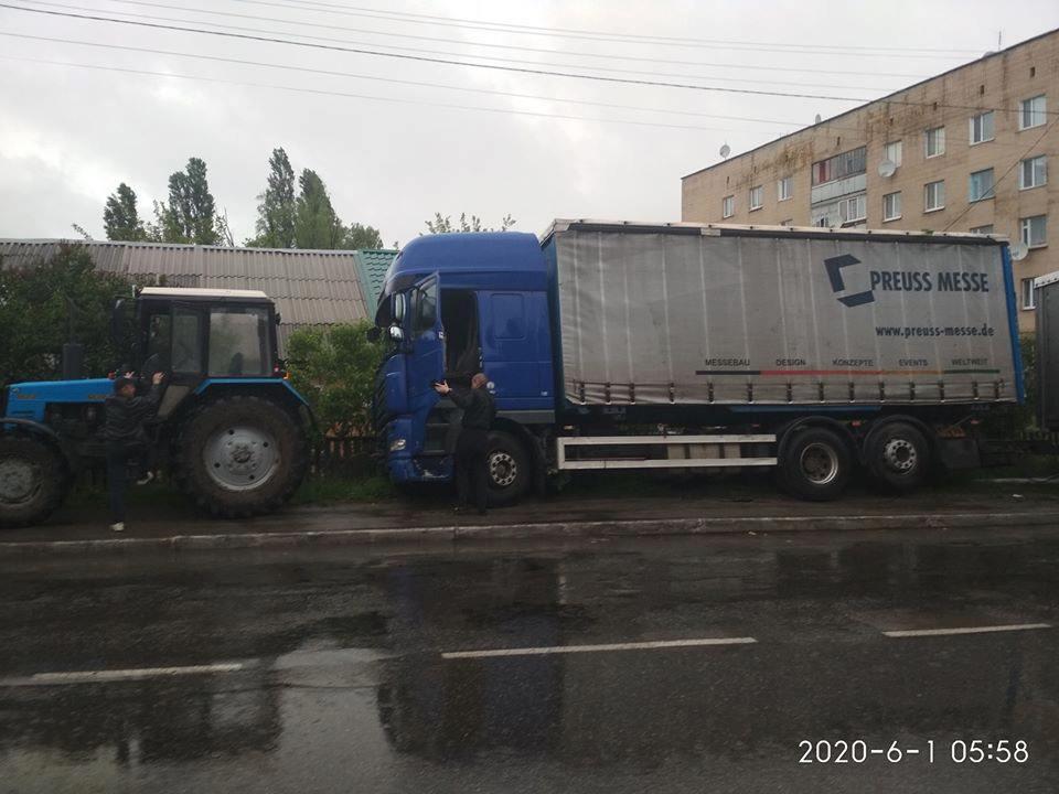 ДТП за участі вантажівки в центрі Мени (Фотофакт)