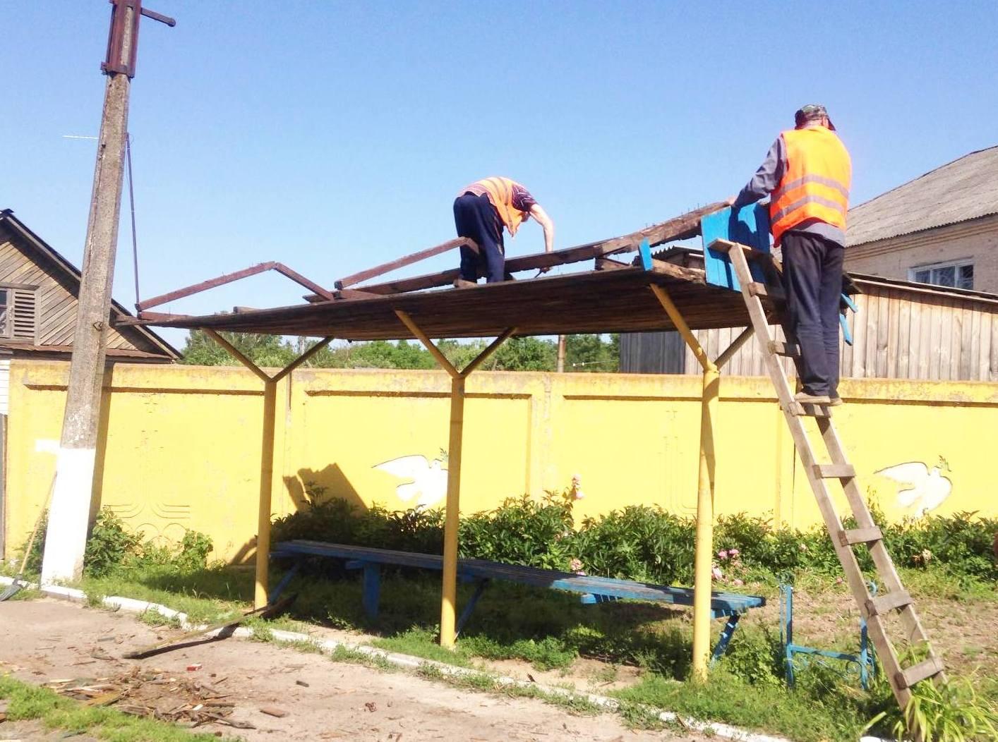 У Коропі ремонтують зупинки (Фото)