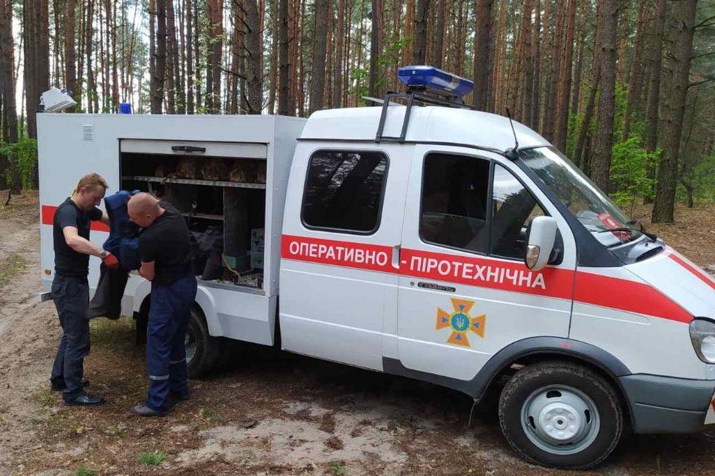 Чернігівські грибники знайшли міну в лісі (Фото)