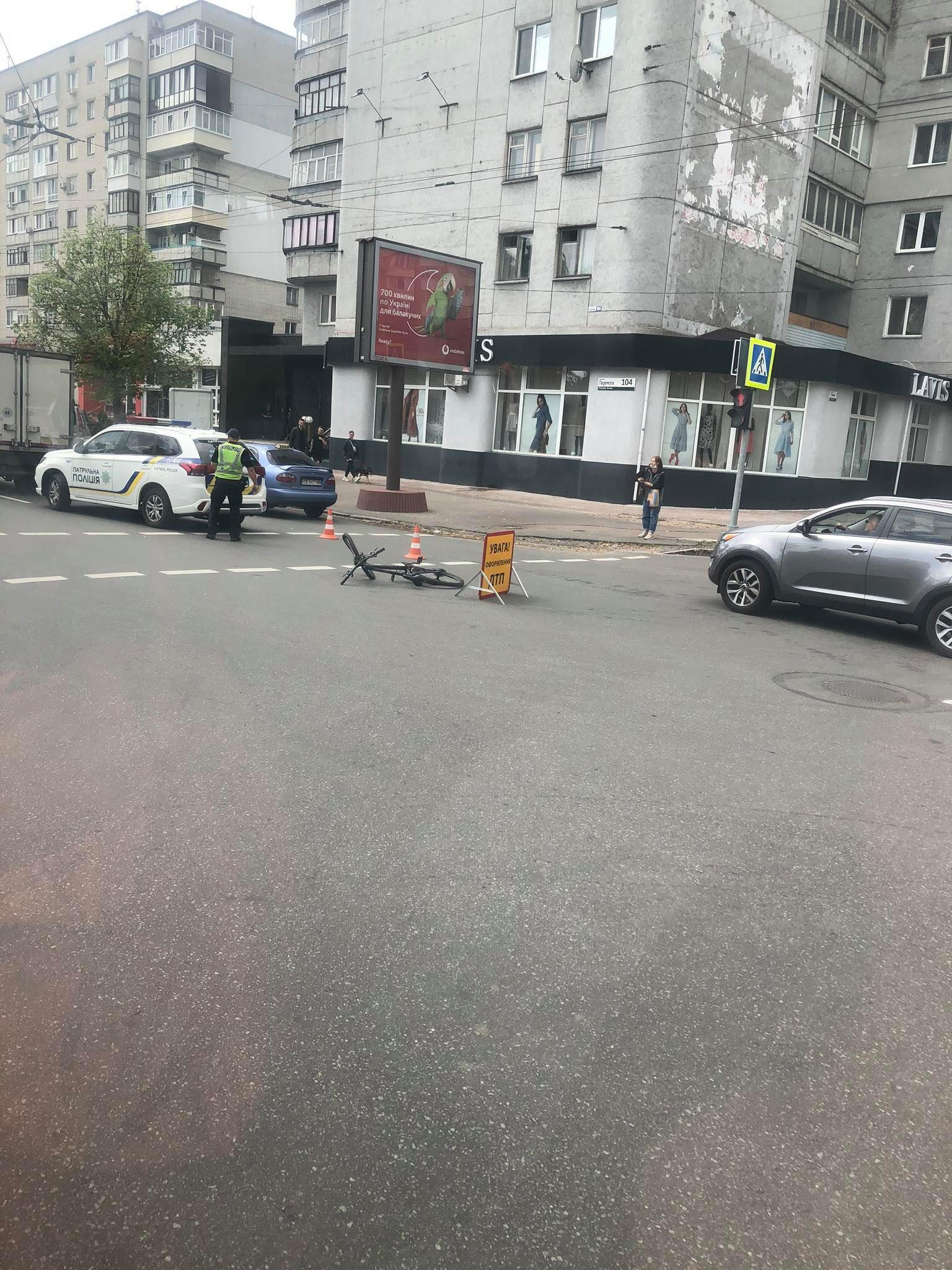 У центрі Чернігова на перехресті збили велосипедиста (Фотофакт)