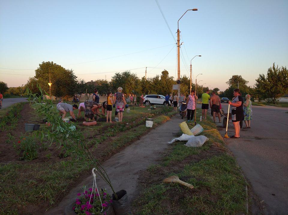 На Чернігівщині небайдужі причепурили рідне село (Фотофакт)