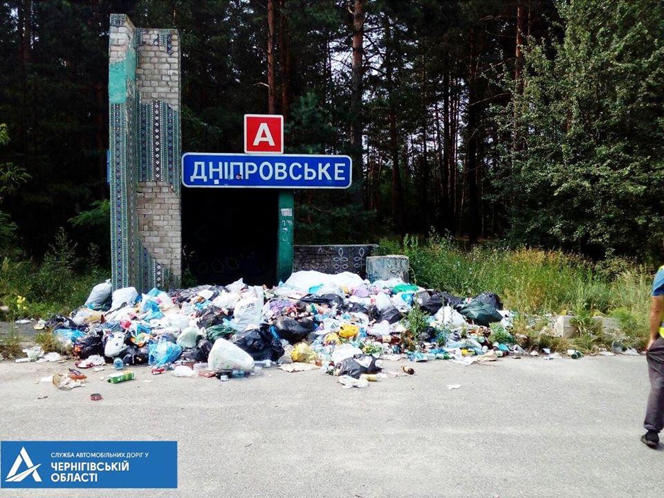 Сміттєзвалище на зупинці: дорожники вивезли повний кузов сміття