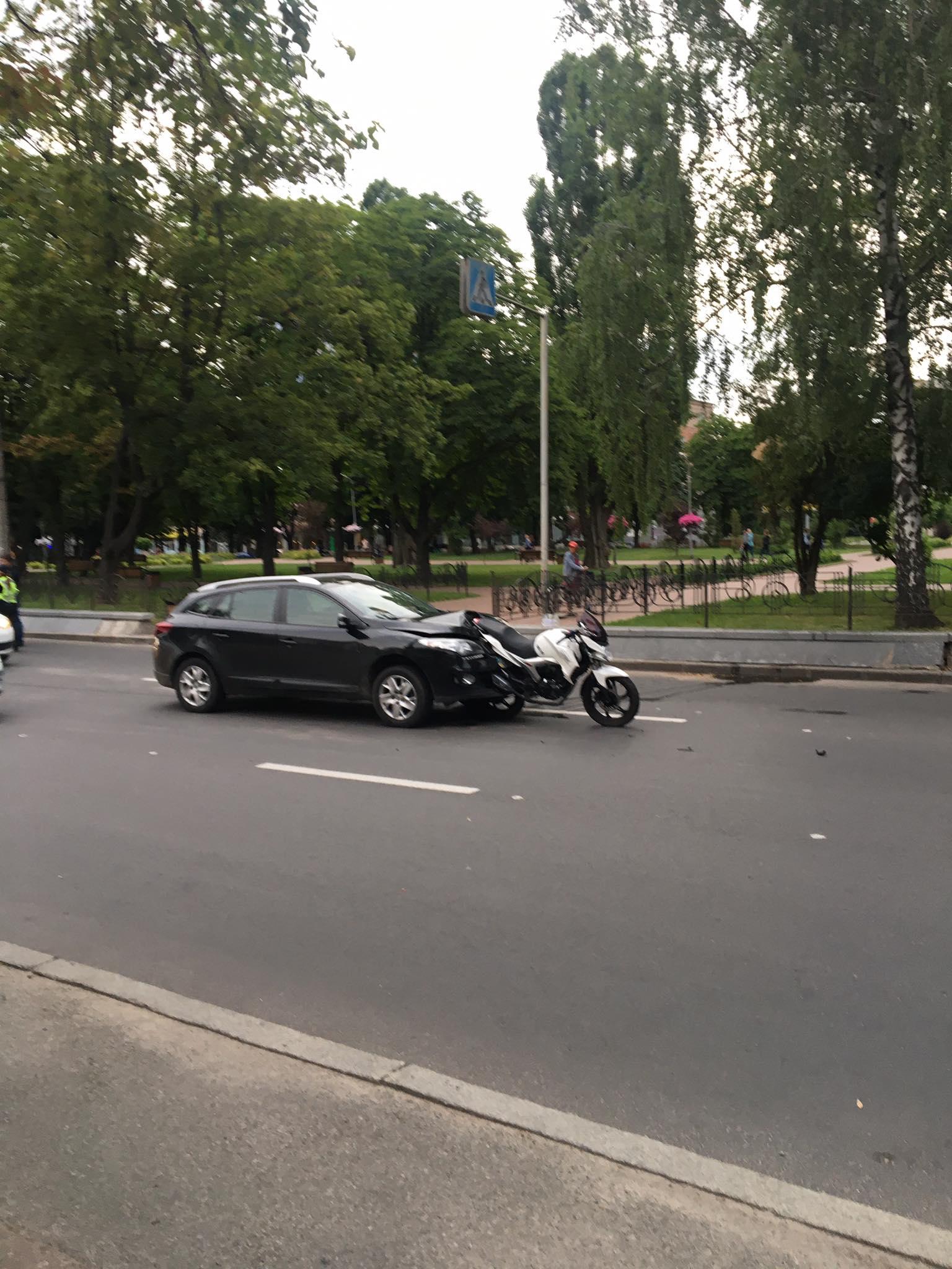 У центрі Чернігова автівка «протаранила» мотоцикл (Фото)