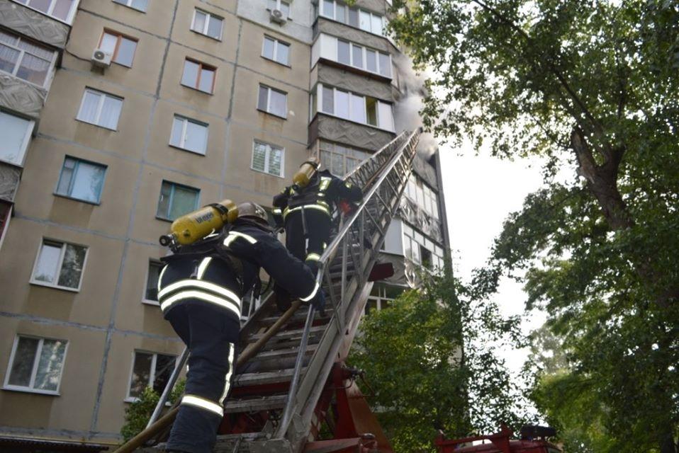 У чернігівській багатоповерхівці сталася пожежа. Одна людина загинула (Фото)