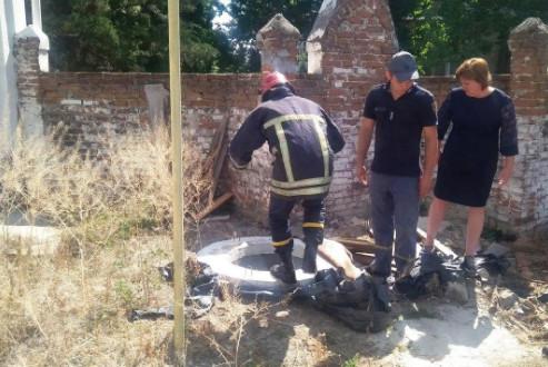 Коропські рятувальники вивільнили собаку, яка впала у шахту (Фото)