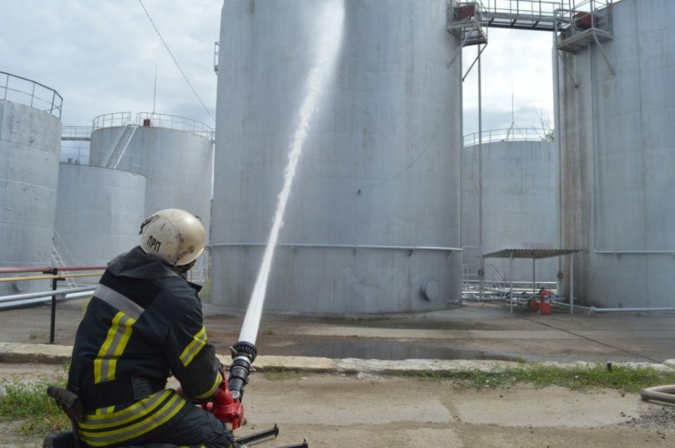 У Чернігові рятувальники відпрацювали дії з ліквідації пожежі на об'єкті підвищеної небезпеки (Фото)