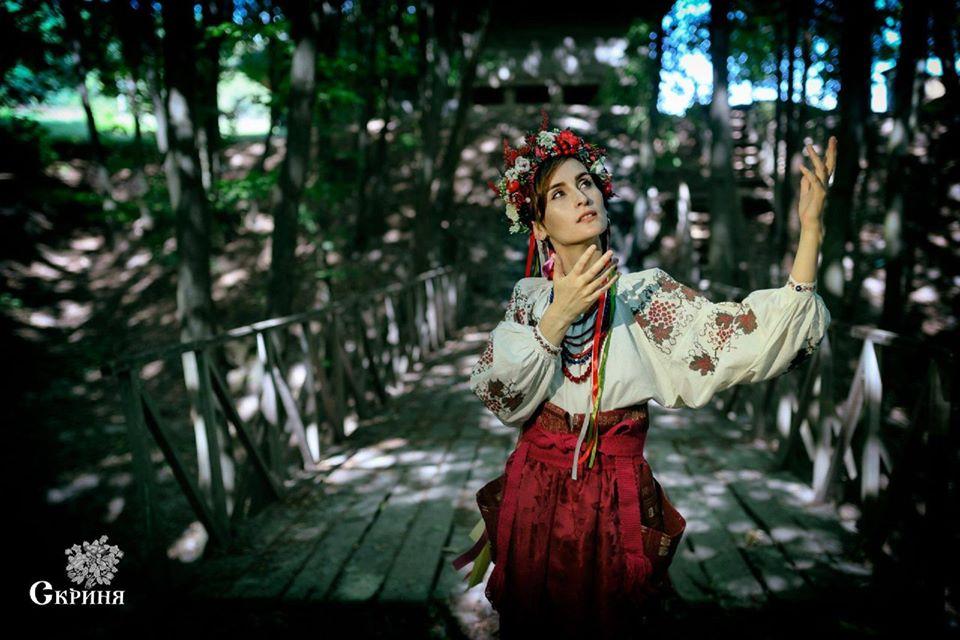 Солістка гурту Go-A покрасувалася з ніжинським дукачем в чернігівському строї (Фото)