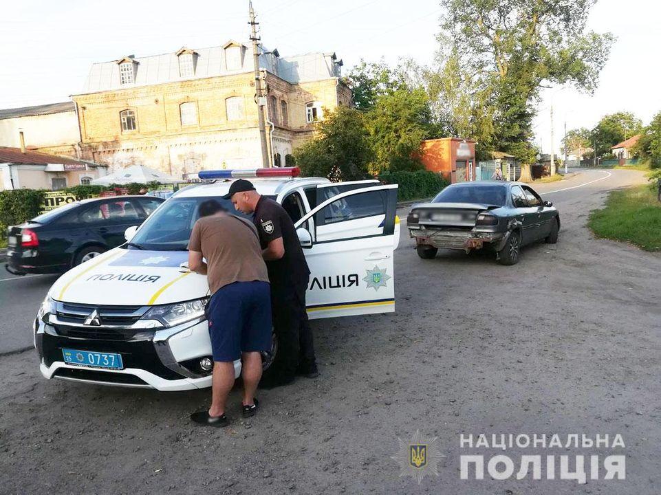 П'яний водій пропонував хабар поліцейським (Фото)