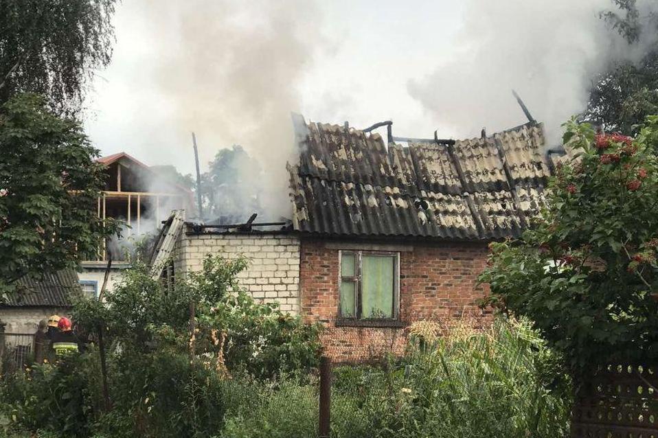 У Чернігівському районі внаслідок розряду блискавки загорівся будинок (Фото)