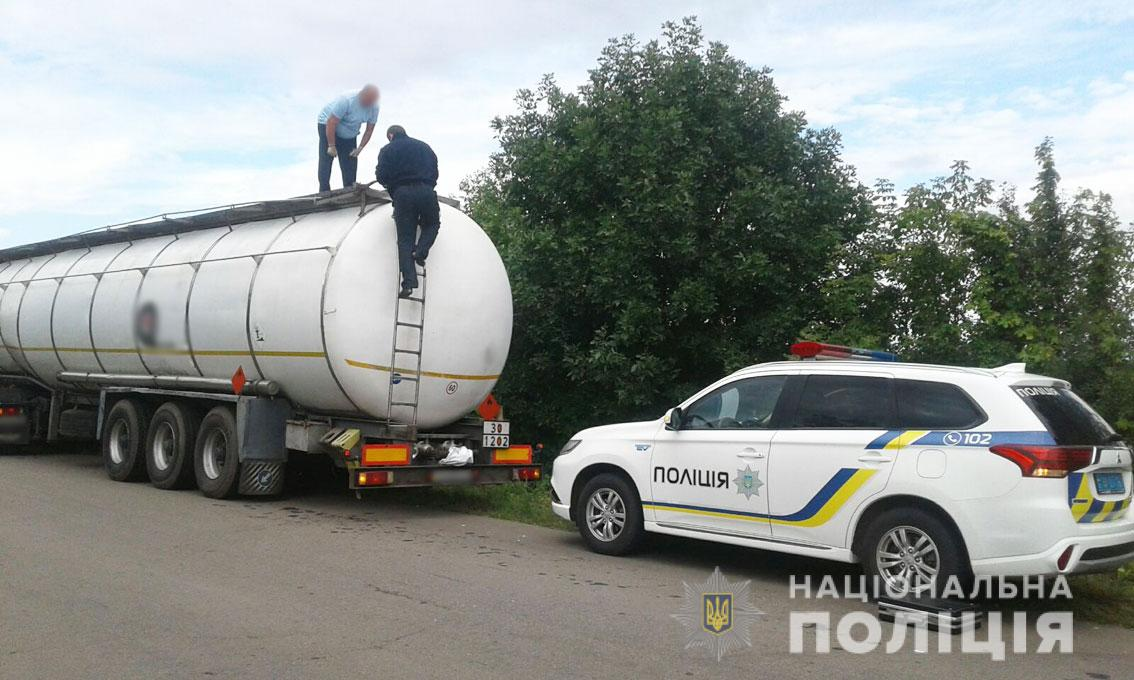 На Чернігівщині поліцейські затримали автомобіль, який незаконно перевозив нафтопродукти (Фото)