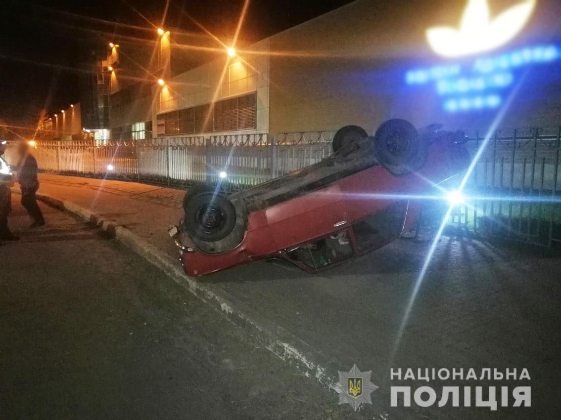 У Прилуках п'яний водій тікав від патрульних та розбив свою автівку (Фото, відео)