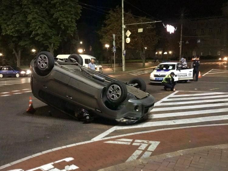 На Красній площі у Чернігові автівка перекинулася на дах (Фотофакт)