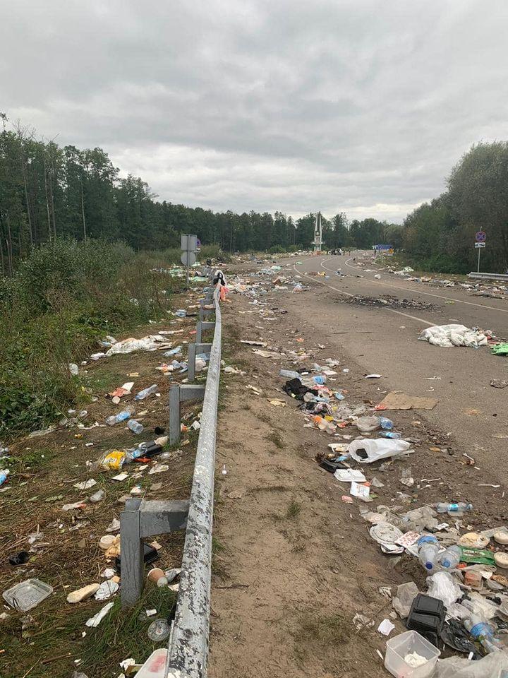 Хасиди залишили «Нові Яриловичі» і купи сміття після себе (Фото)
