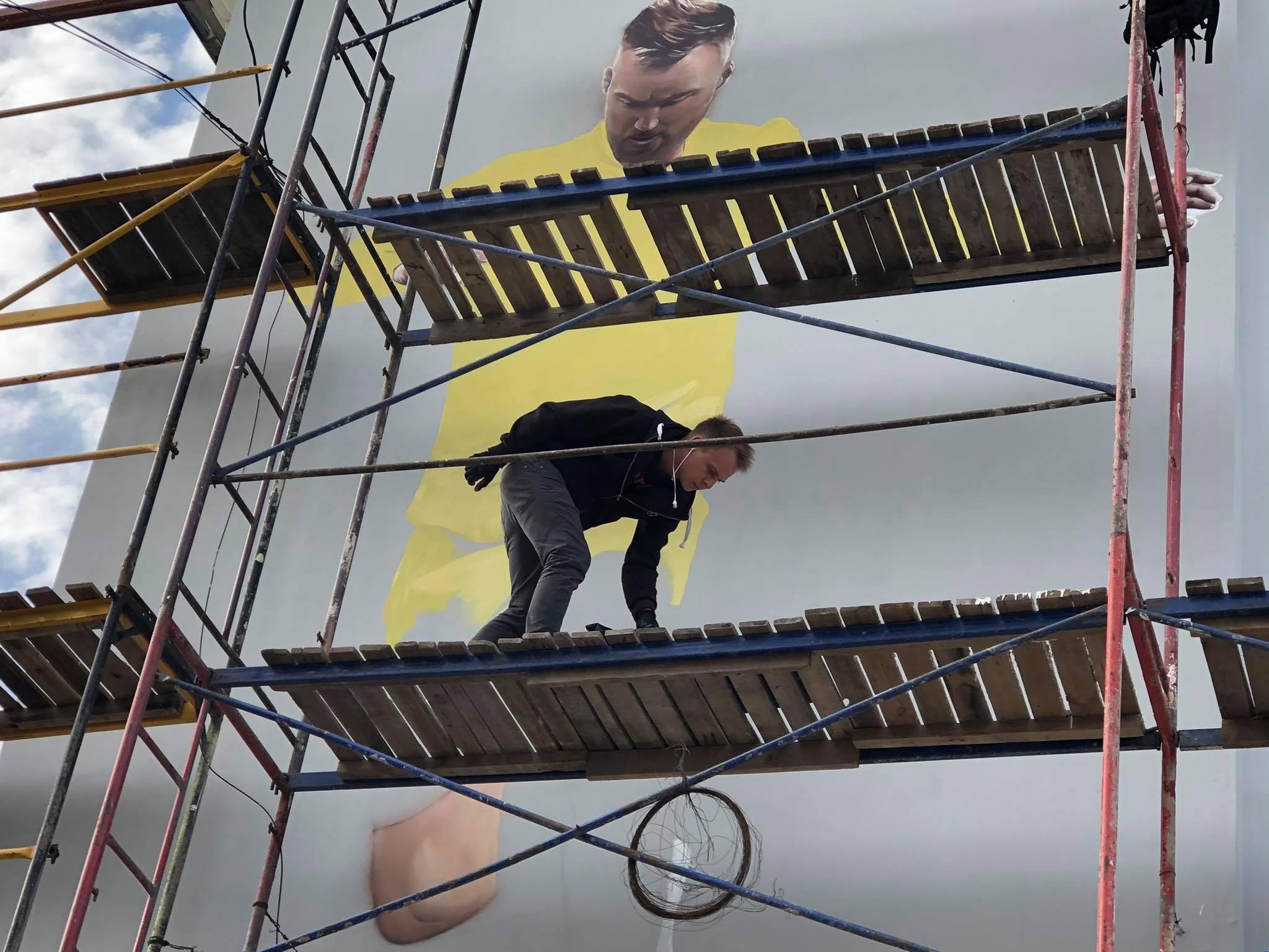 На будівлі спортшколи «Юність» малюють Ярмоленка (Фотофакт)