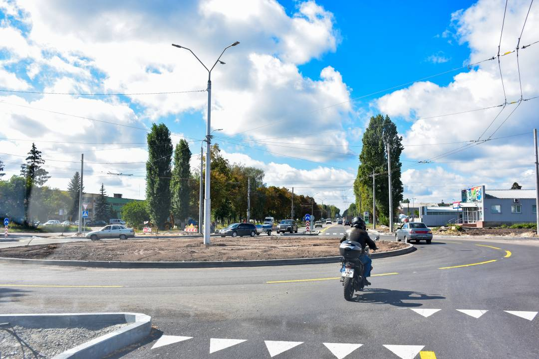 Вулиця Івана Мазепи на перетині з новою дорогою – вже з новою транспортною розв'язкою
