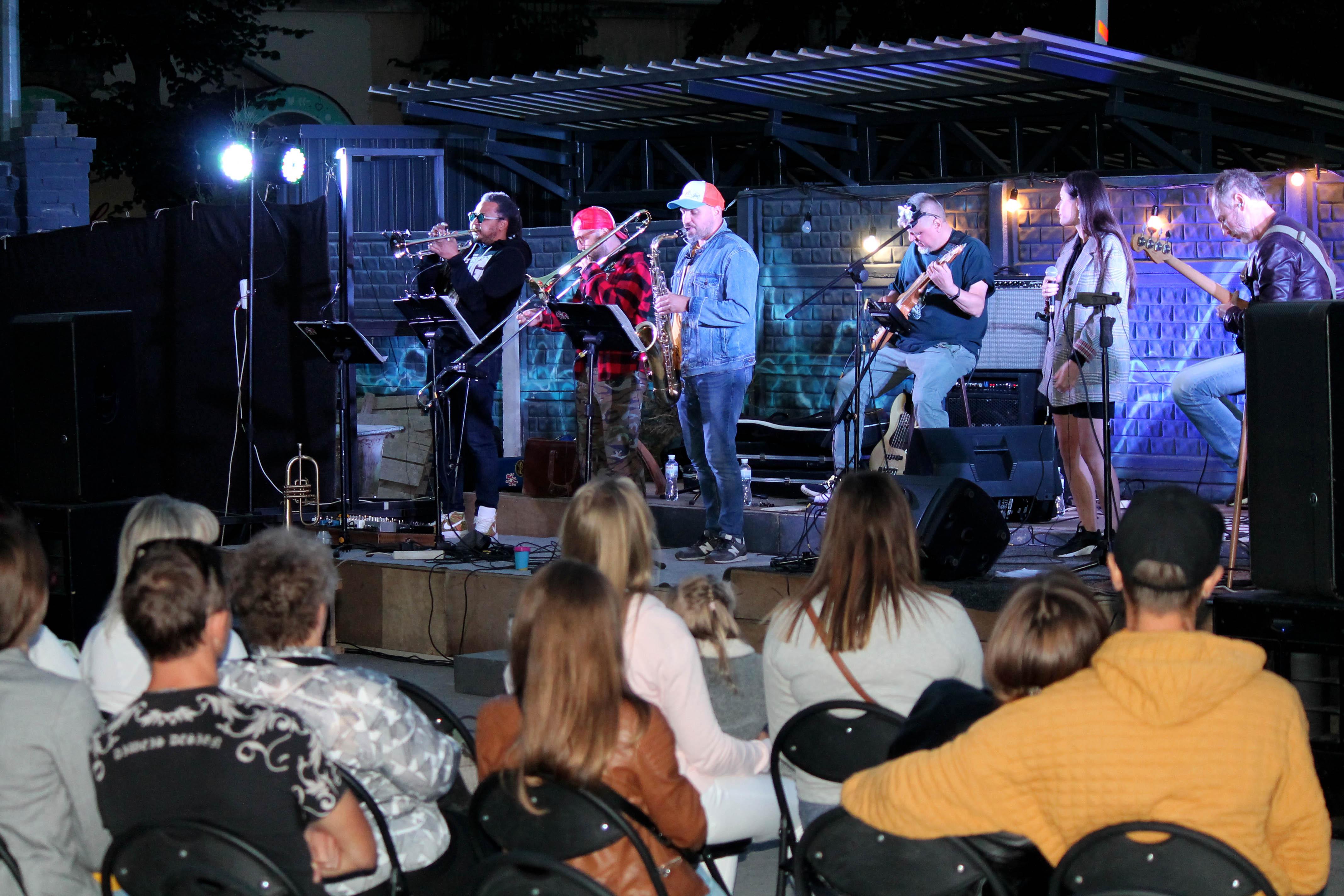 Біг-бенд «Буду» виступив у філармонійному дворику (Фото)