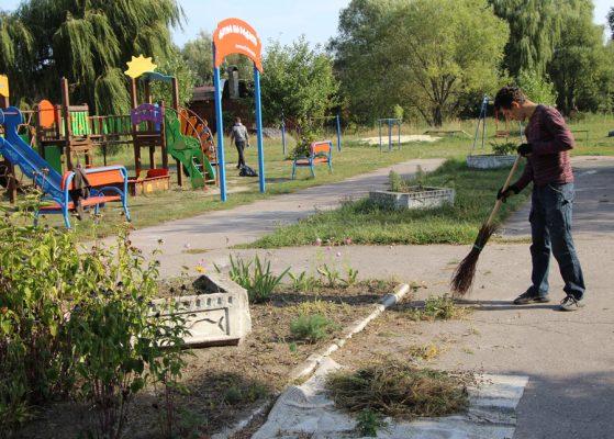 У Сновську учні допомагають впорядковувати гідропарк (Фото)