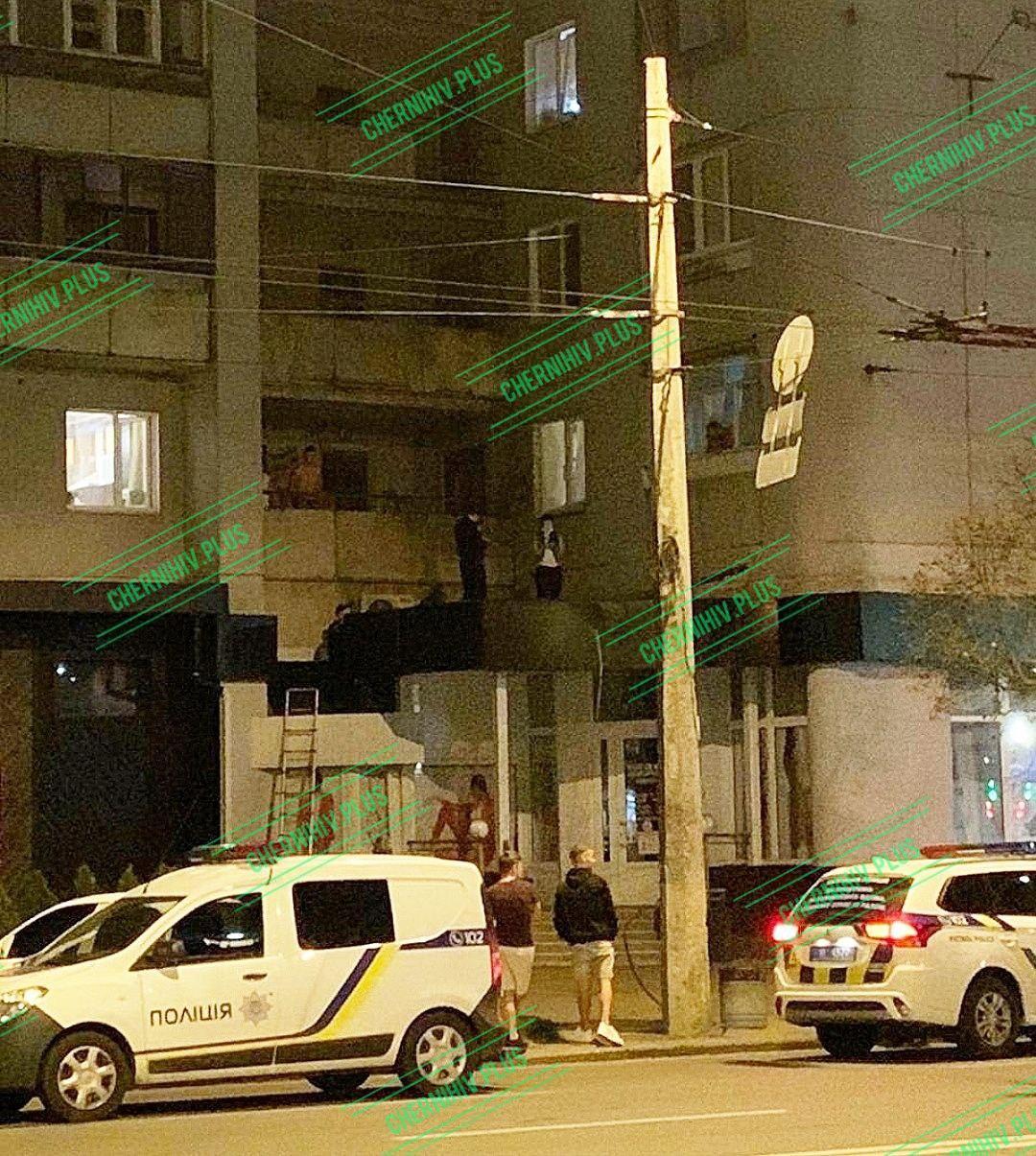 У Чернігові чоловік випав з вікна багатоповерхівки (Фото, відео)