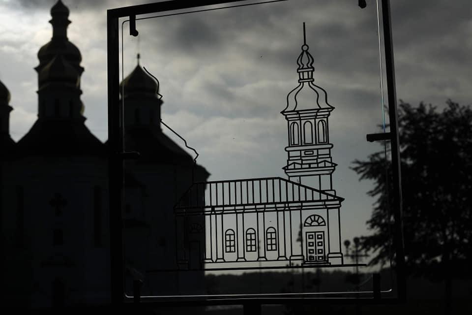 Біля Катерининської церкви у Чернігові встановили перший прозорий історичний стенд (Фото)