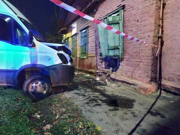 У Чернігові п'яний водій мікроавтобусу в'їхав у будинок (Фотофакт)