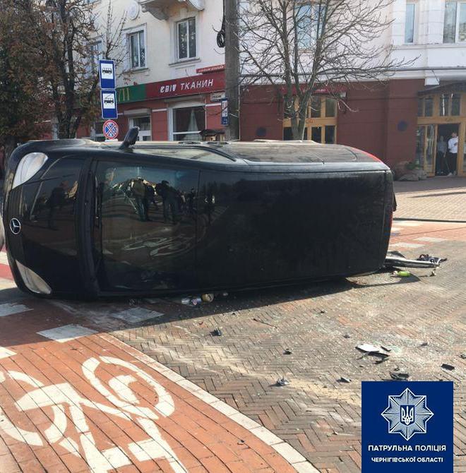 Патрульні розказали подробиці ДТП на Красній площі у Чернігові (Фото)