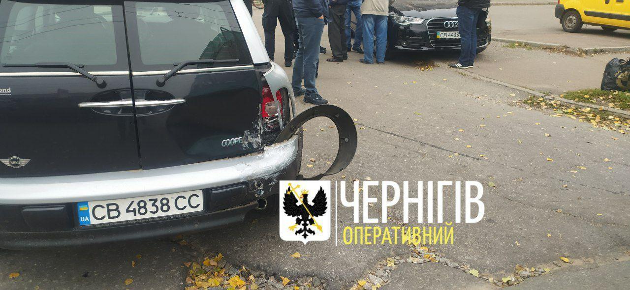 На проспекті Миру в Чернігові автівка врізалася в тролейбус (Фото, відео)