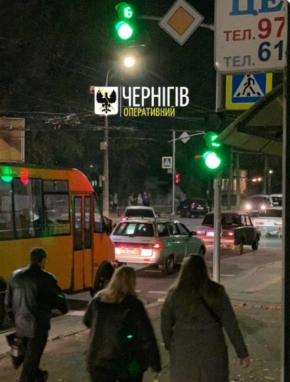 На перехресті вулиць Шевченка та Молодчого у Чернігові сталася аварія (Фото, відео)