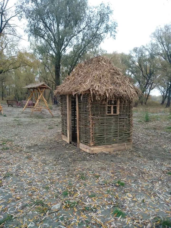 На березі водойми на Куликівщині встановили будиночок з лози (Фотофакт)