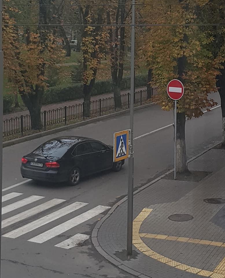 Водії Чернігова продовжують вважати вулицю Мстиславську двосторонньою (Фотофакт)