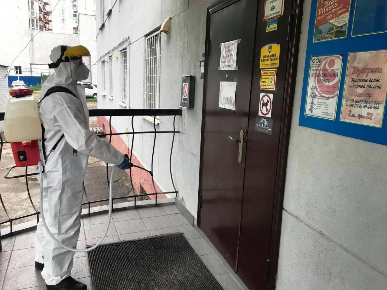 У Чернігові рятувальники дезінфікують зупинки та дитячі майданчики (Фото)