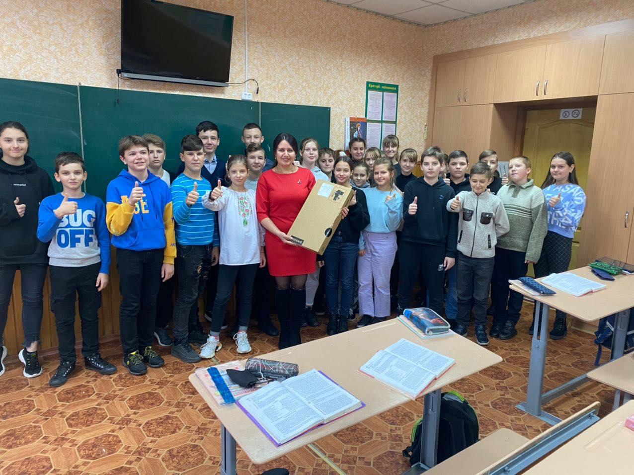 Турбота про освіту: Борис Приходько передав у заклади освіти 210-го округу ноутбуки для дистанційного навчання