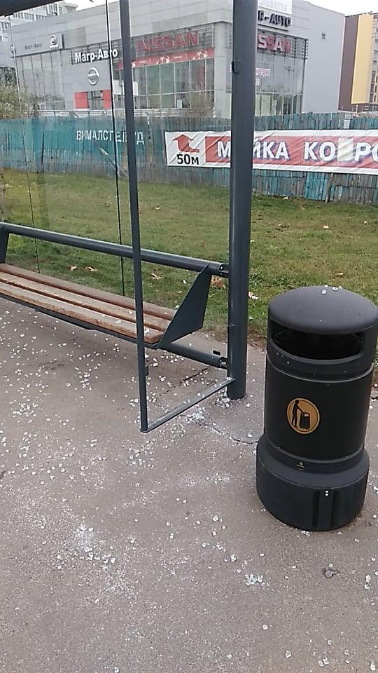 У Чернігові розбили чергову скляну зупинку (Фотофакт)