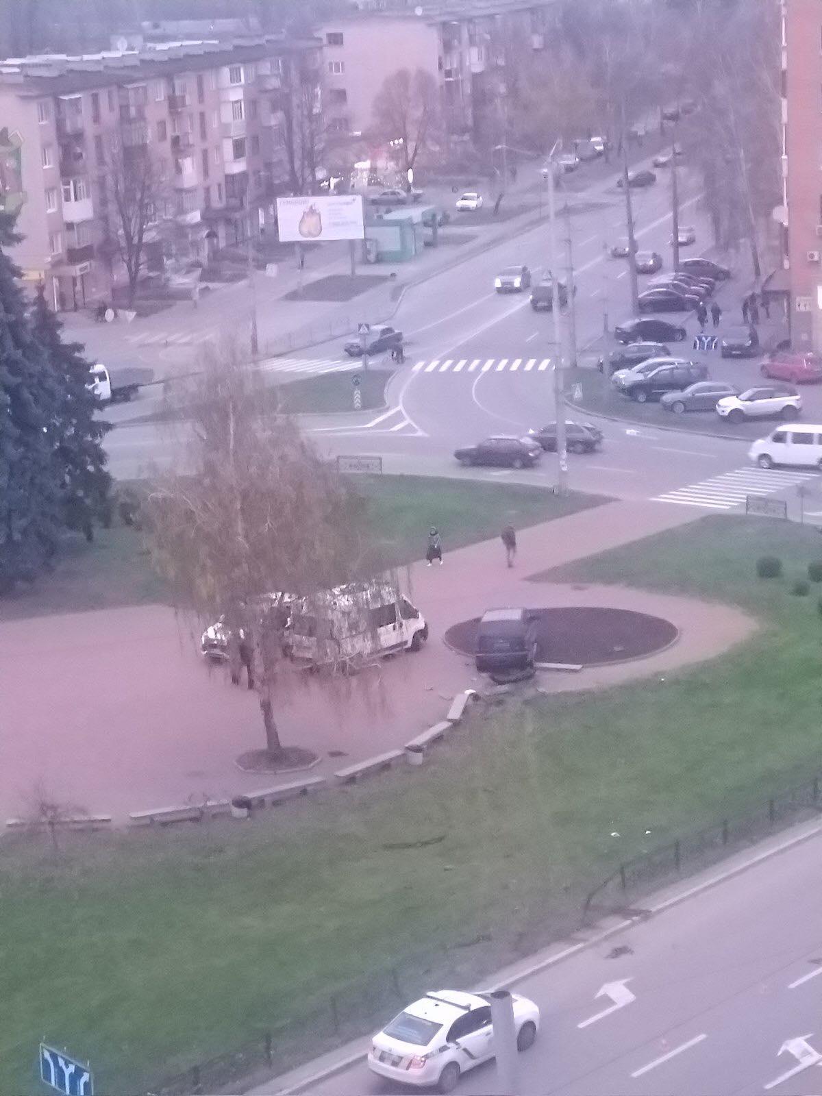 ДТП біля вокзалу: машина протаранила лавки (Фото)