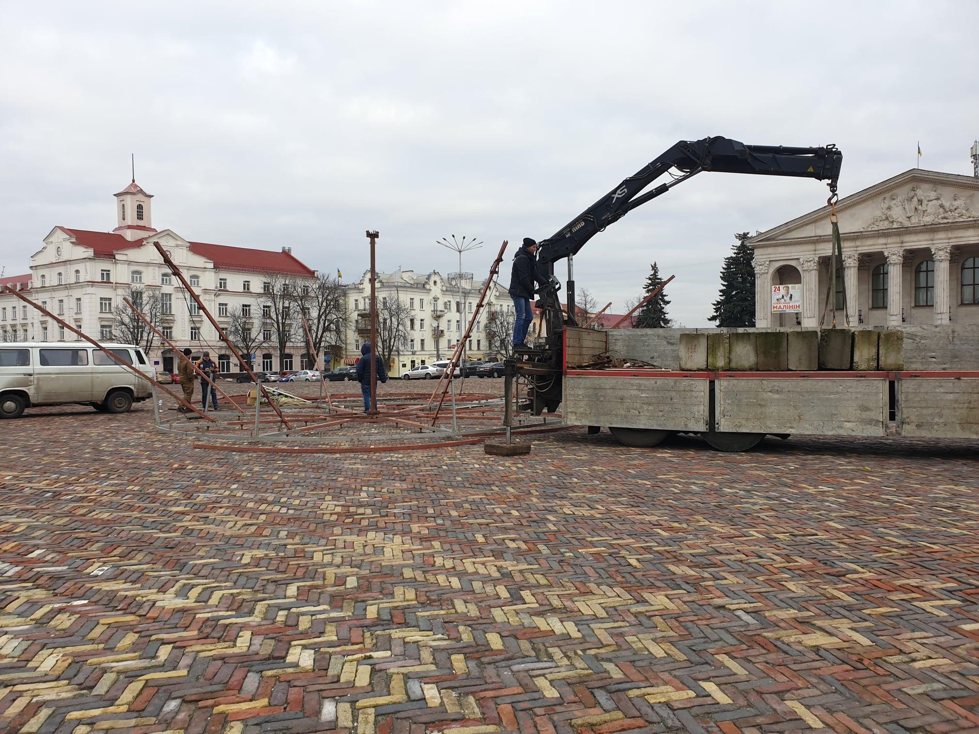 Свято наближається: на центральній площі Чернігова встановлюють ялинку (Фотофакт)