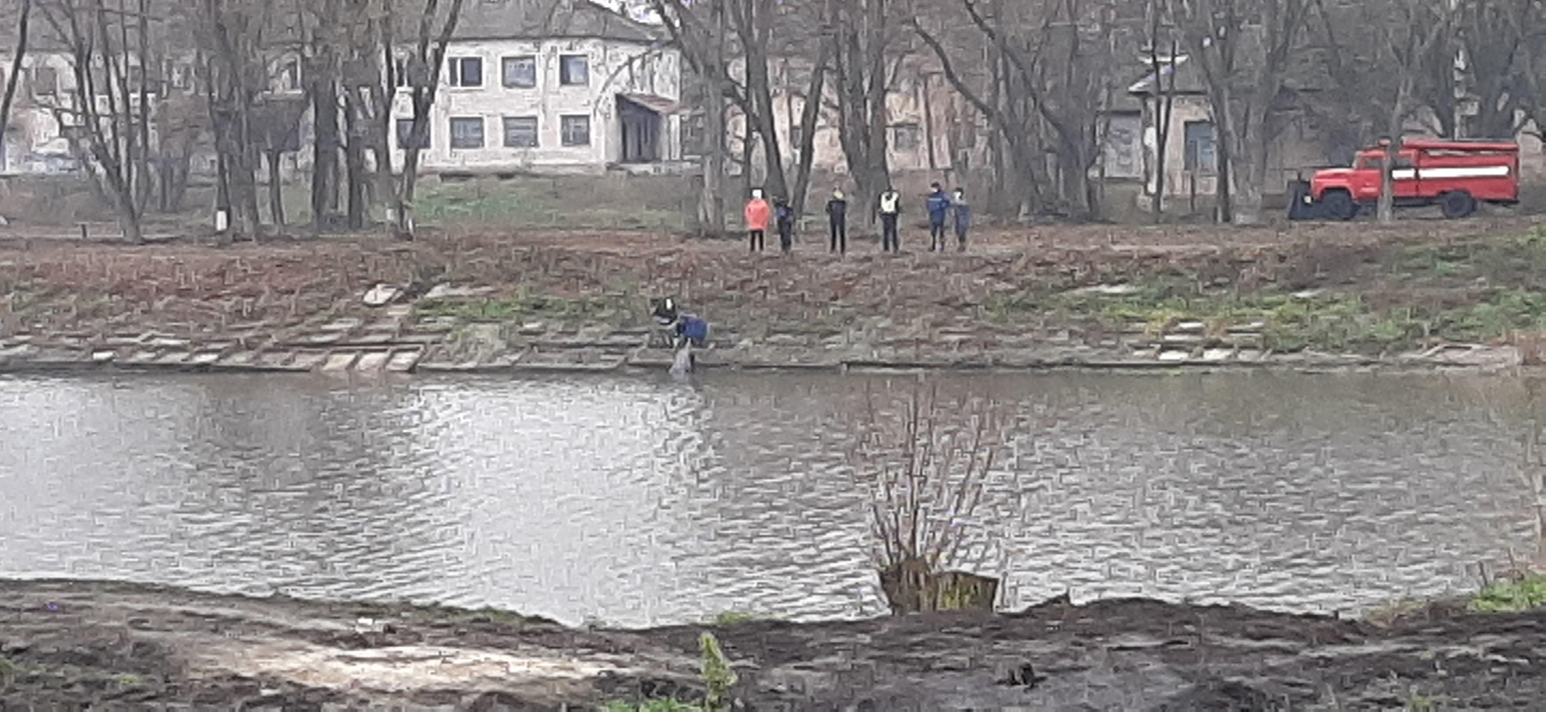 Із водойми в Носівці дістали тіло жінки (Фотофакт)