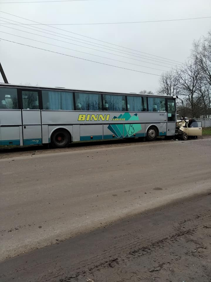 На Чернігівщині зіткнулися легковик і автобус: є загиблий (Фото)