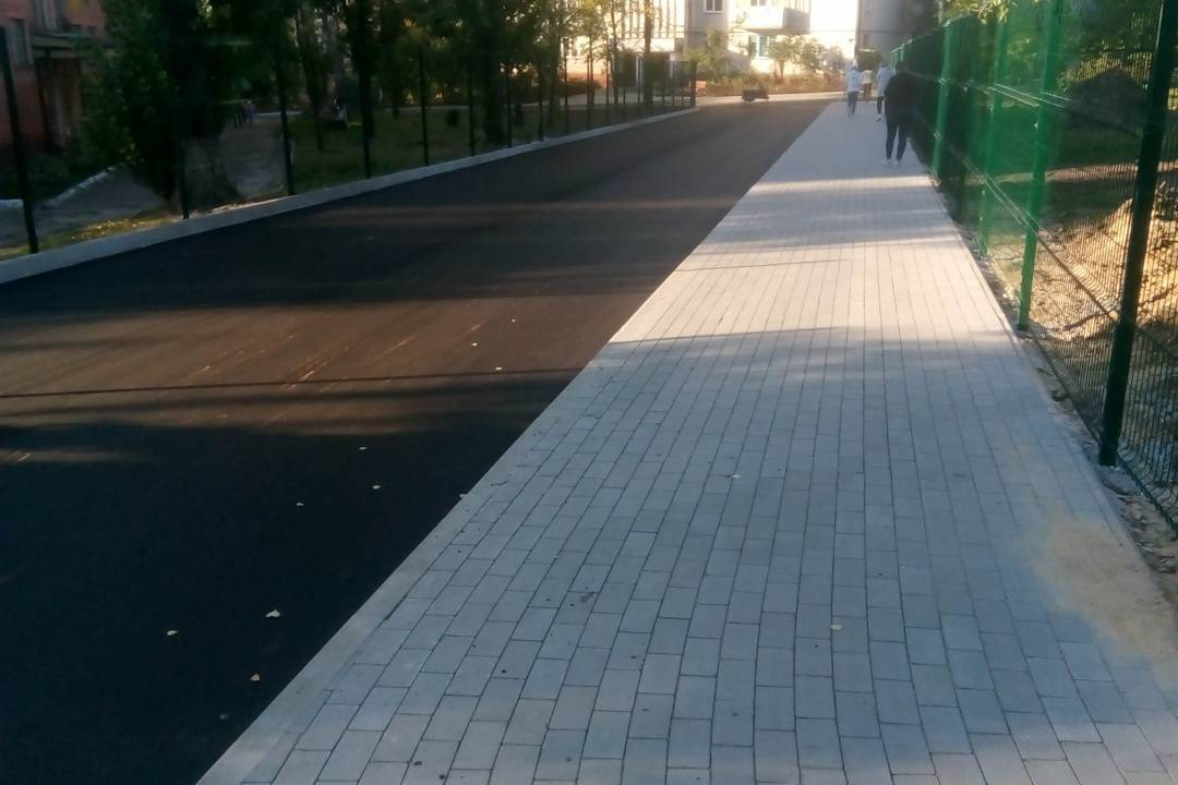 У Чернігові завершують укладати нові тротуари (Фото)