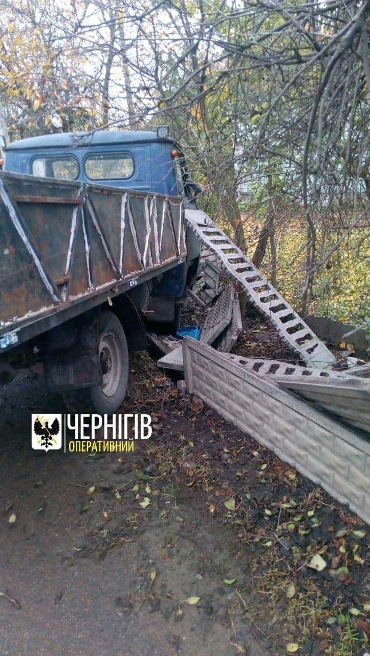 Відмовили гальма: у Чернігові вантажівка в'їхала у бетонну огорожу (Фото)