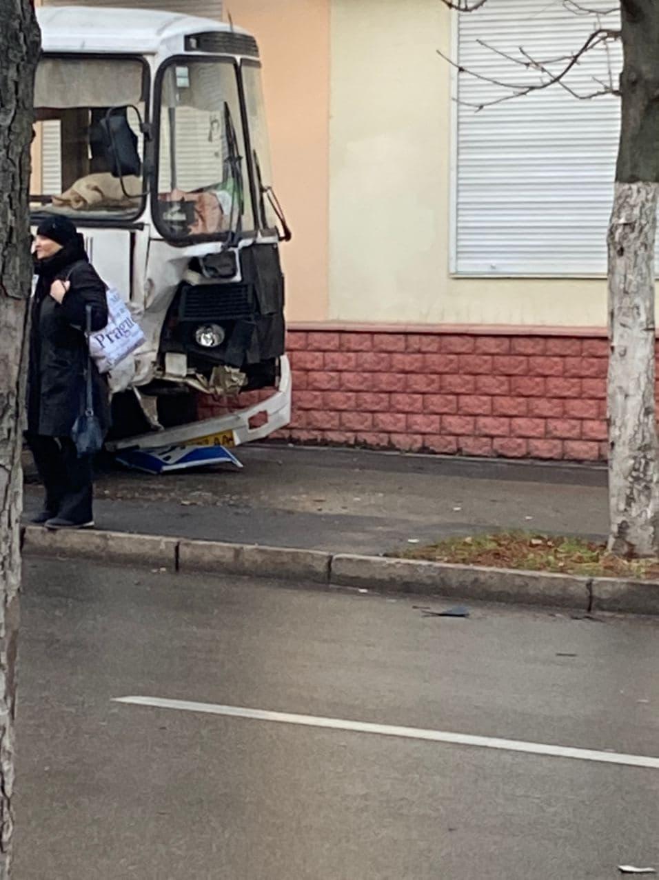 Ранкова ДТП: у Чернігові на перехресті зіткнулися автобус і таксі (Фотофакт)