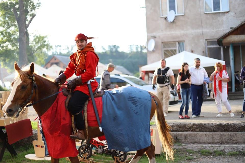 Історик Олег Соломаха змінив лицарські обладунки на автомат з бронежилетом (Фото)