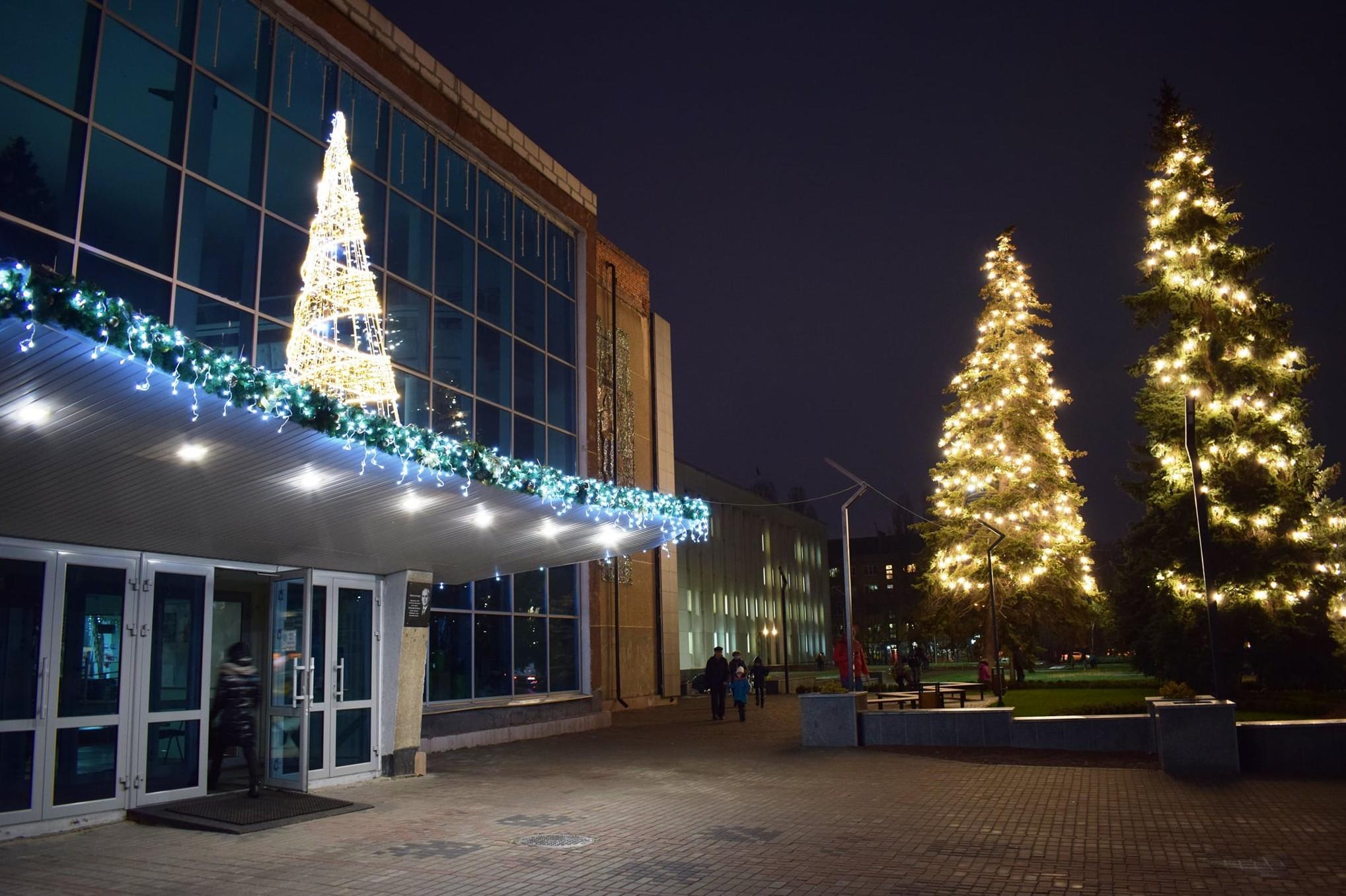 У Чернігові прикрасили Міський палац культури до Нового року (Фотофакт)