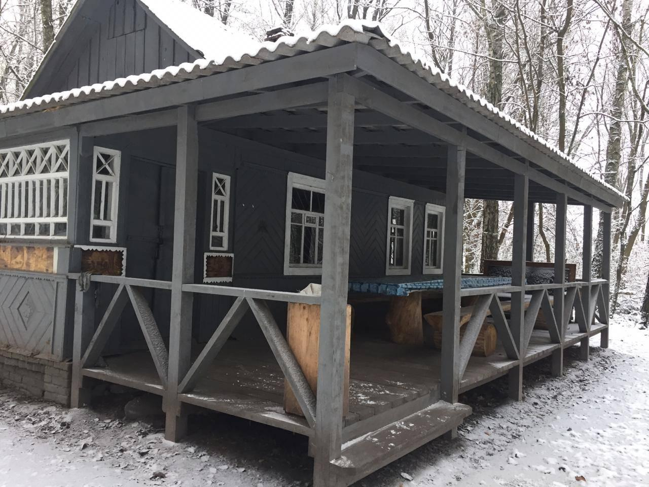 На Чернігівщині «чорні» природолюби розвалили будиночок, побудований лісівниками (Фото)