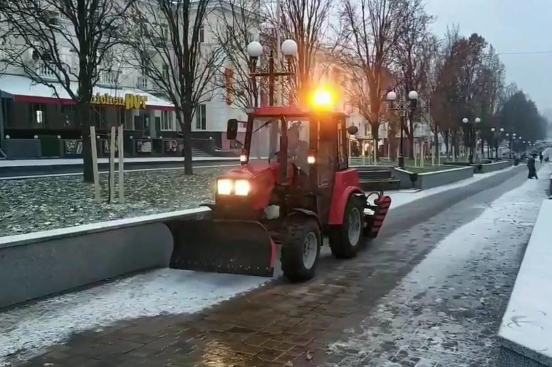 Сьогодні зранку 10 одиниць техніки КП «Зеленбуд» вийшли на розчистку парків та бульварів